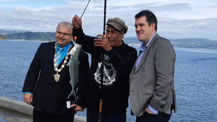 Photo of Lower Hutt Mayor Ray Wallace with MP Chris Bishop and fisherman Tuala Puaaniu with his catch of the morning, a kahawai.